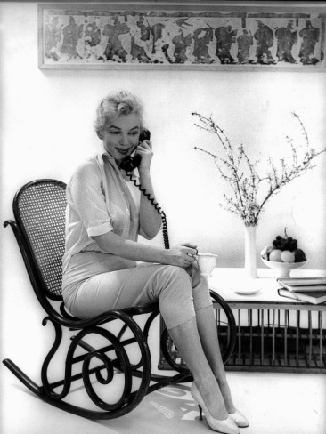 marilyn-monroe-on-the-telephone-to-daily-mirror-feature-writer-and-friend-donald-zec